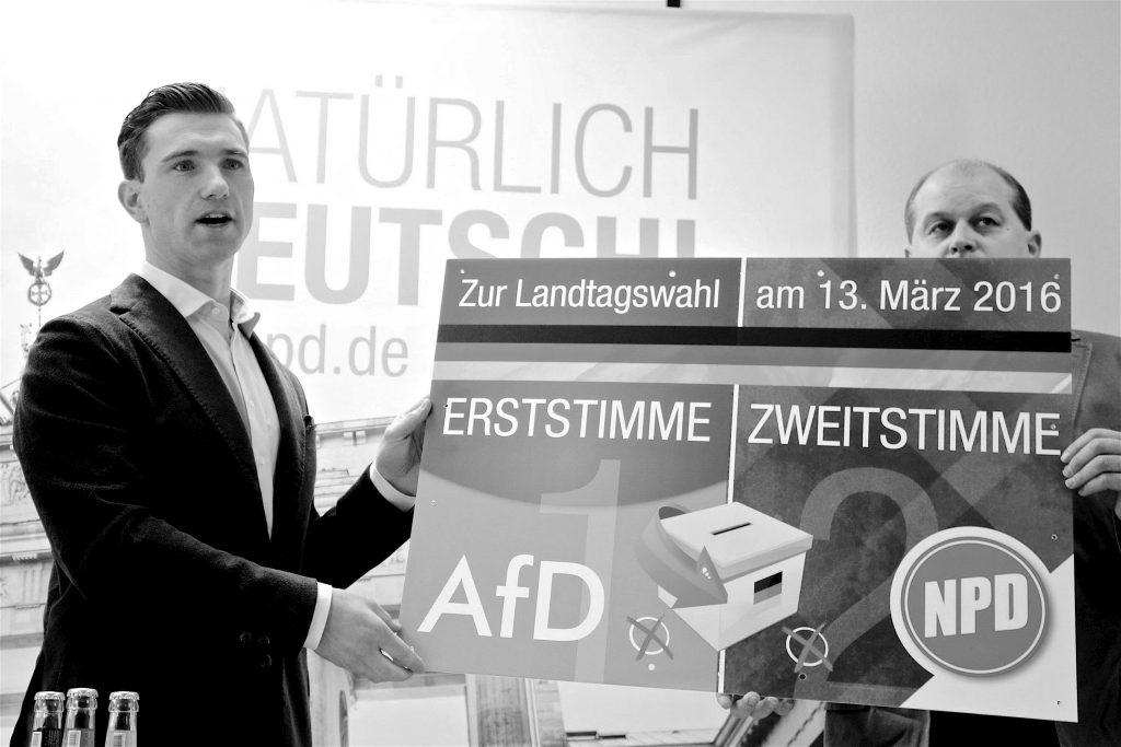 Vorsitzender Frank Franz (links) und Klaus Beier präsentieren das Wahlplakat der NPD
